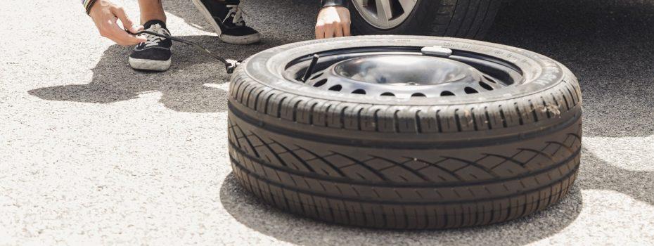 como trocar pneu carro