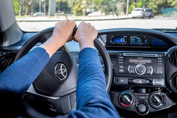 como segurar o volante